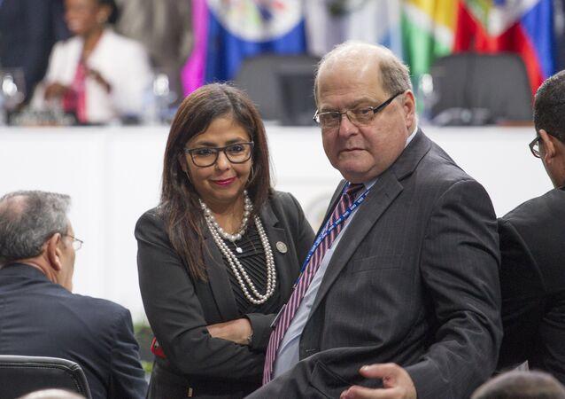 Bernardo Álvarez, representante permanente de Venezuela ante la Organización de los Estados Americanos (OEA) y vicecanciller para América del Norte, con la cancillera venezolana