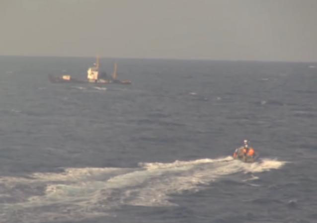 Una lancha rusa se dirige al pesquero ucraniano averiado en el Mediterráneo