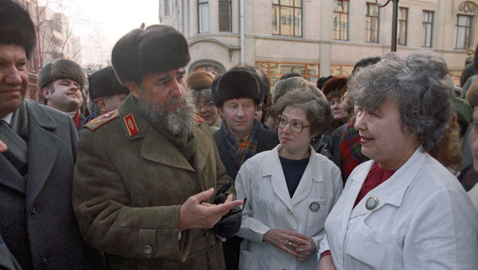 Fidel Castro habla con los ciudadanos soviéticos durante su visita a Moscú en 1986 - Sputnik Mundo, 1920, 30.11.2016