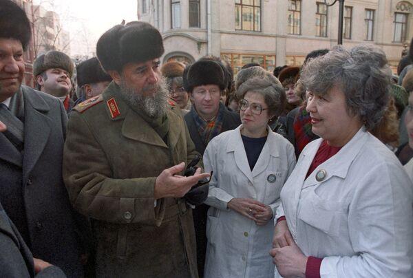 Fidel Castro habla con los ciudadanos soviéticos durante su visita a Moscú en 1986 - Sputnik Mundo