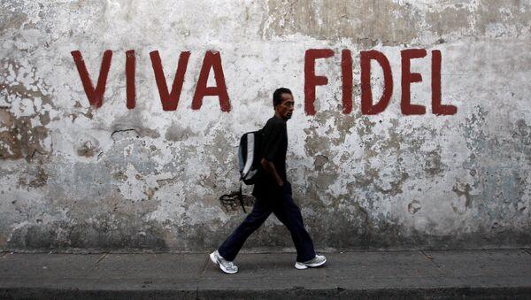 Un hombre camina por las calles de Santiago de Cuba - Sputnik Mundo