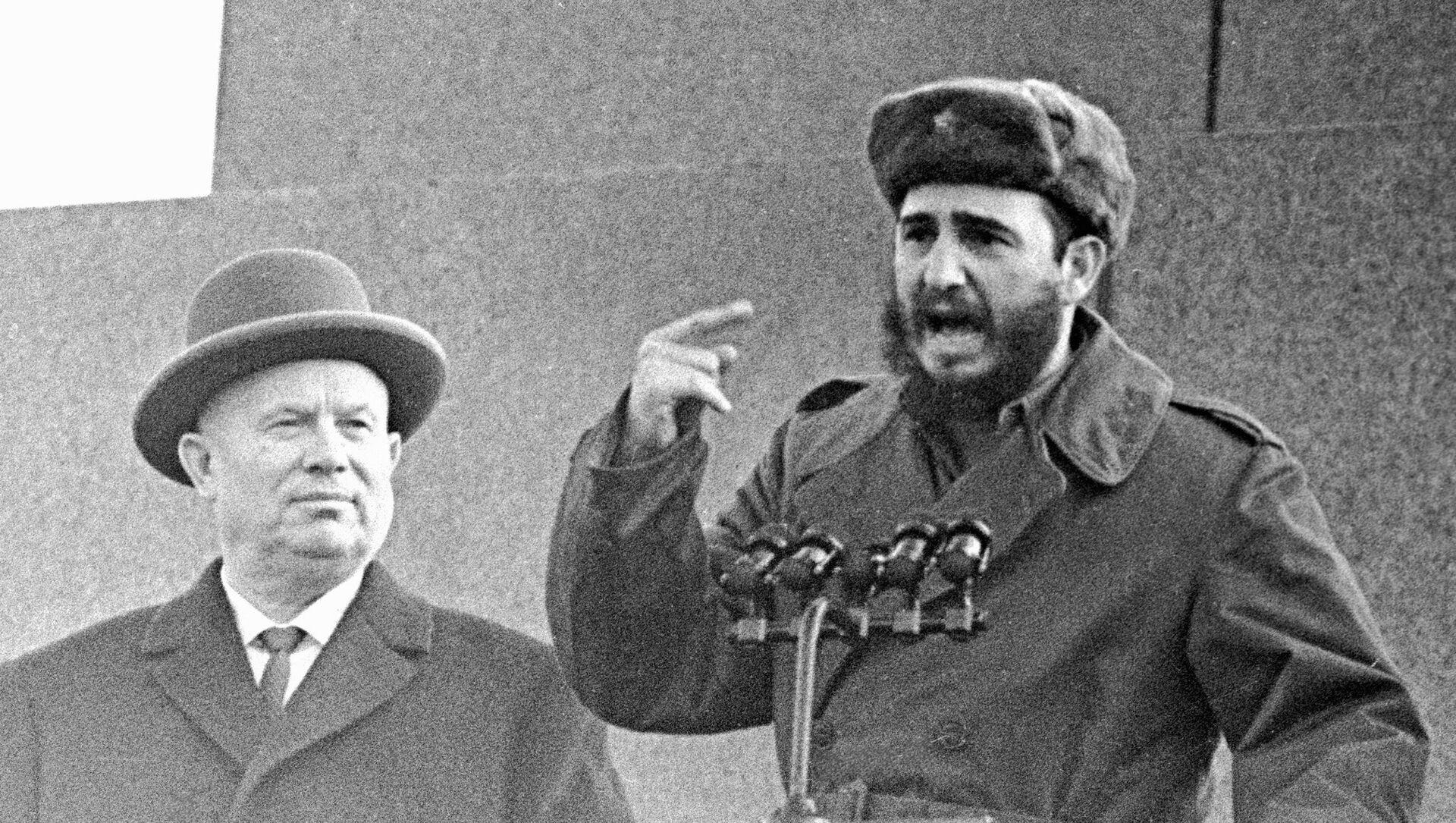 Nikita Jruschov, primer secretario del Comité Central del Partido Comunista de la Unión Soviética, junto a Fidel Castro, líder de la Revolución cubana, en la Plaza Roja de Moscú. - Sputnik Mundo, 1920, 18.10.2018