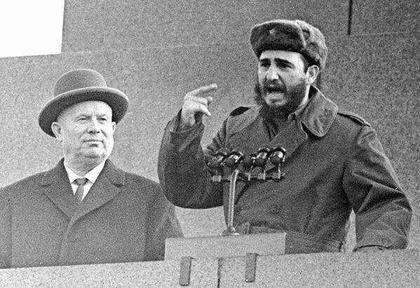 Nikita Jruschov, primer secretario del Comité Central del Partido Comunista de la Unión Soviética, junto a Fidel Castro, líder de la Revolución cubana, en la Plaza Roja de Moscú. - Sputnik Mundo