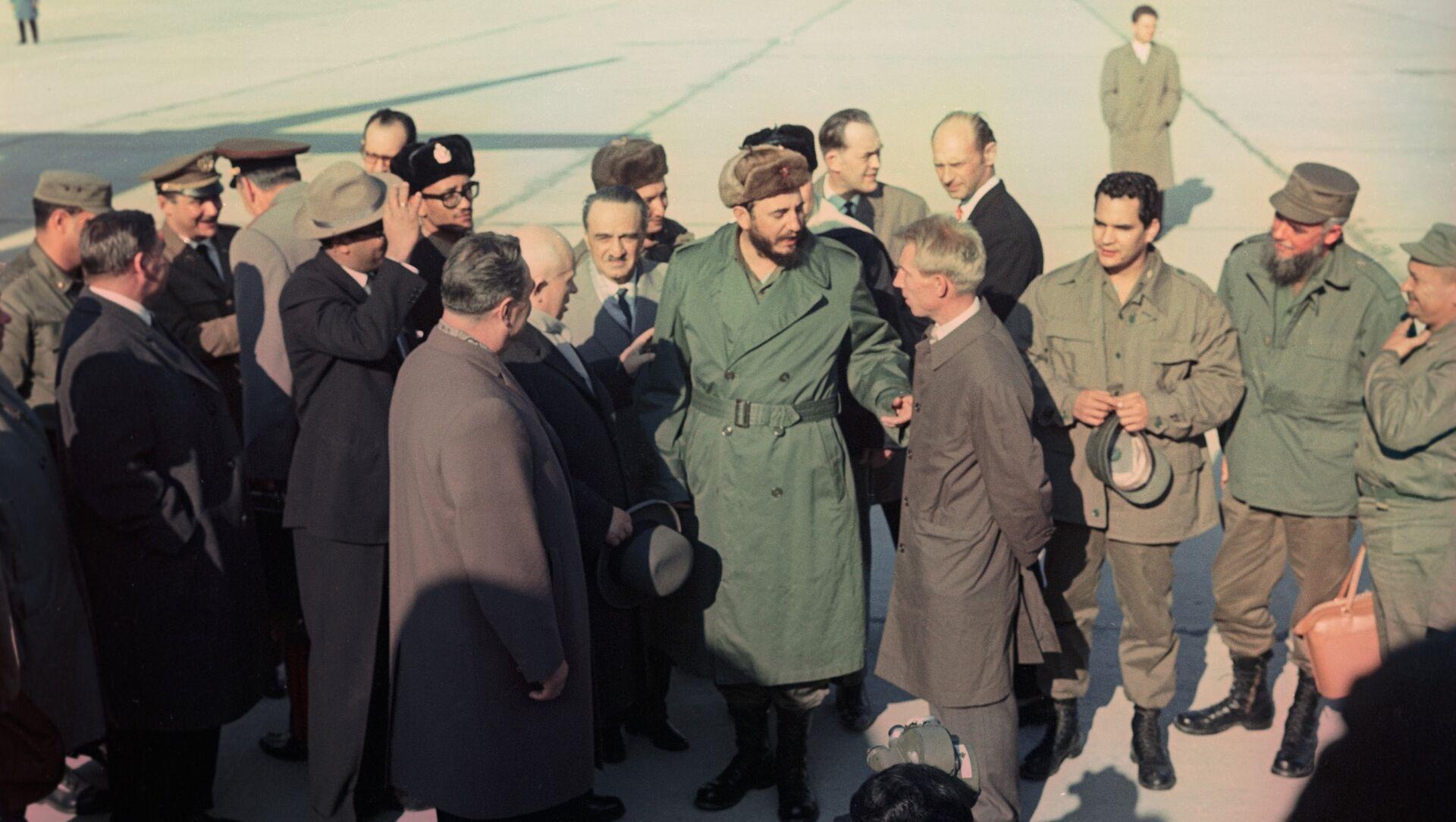 Fidel Castro, líder de la Revolución cubana, junto al entonces presidente del Consejo de Ministros, Leonid Brézhnev, y el primer secretario del Comité Central del Partido Comunista de la Unión Soviética, Nikita Jruschov - Sputnik Mundo, 1920, 26.11.2016