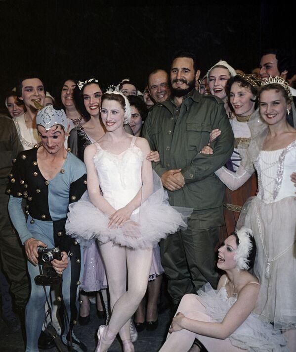 Fidel Castro, líder de la Revolución cubana, visita el famoso Teatro Bolshoi en Moscú. - Sputnik Mundo