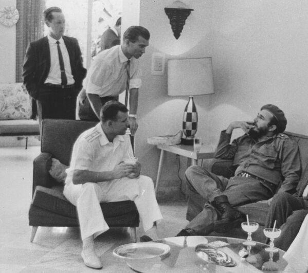 El cosmonauta soviético Yuri Gagarin y el entonces primer ministro de Cuba, Fidel Castro. - Sputnik Mundo