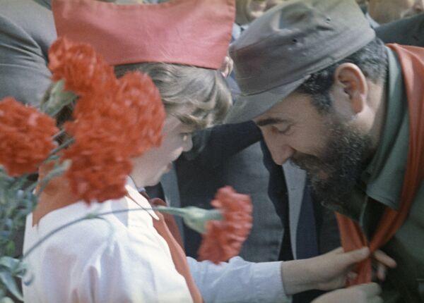 Pionera soviética cuelga un pañuelo rojo (símbolo de los pioneros) en el cuello de Fidel Castro. - Sputnik Mundo