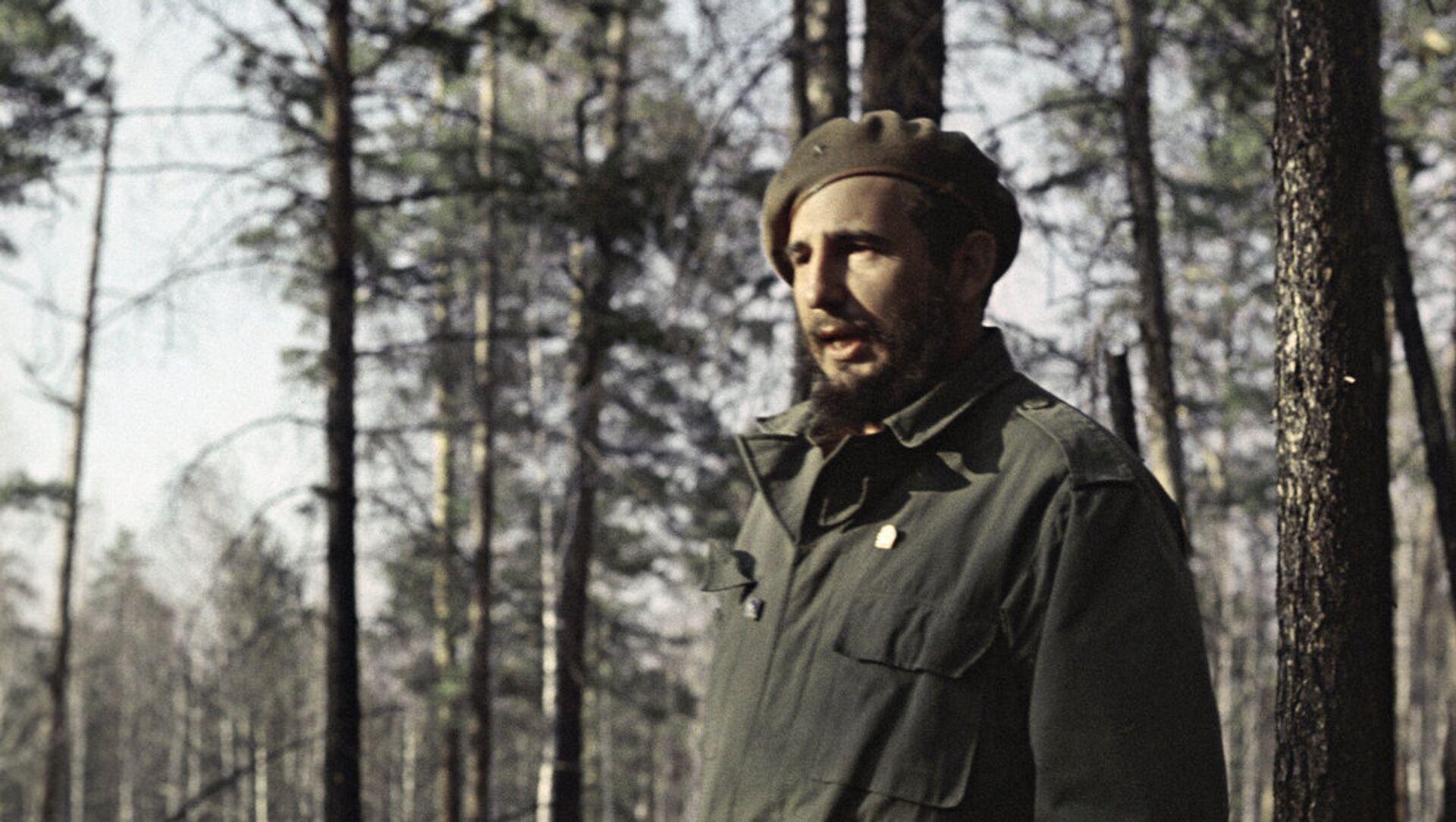 Fidel Castro, líder de la Revolución cubana, en los bosques de Siberia. - Sputnik Mundo, 1920, 26.11.2016