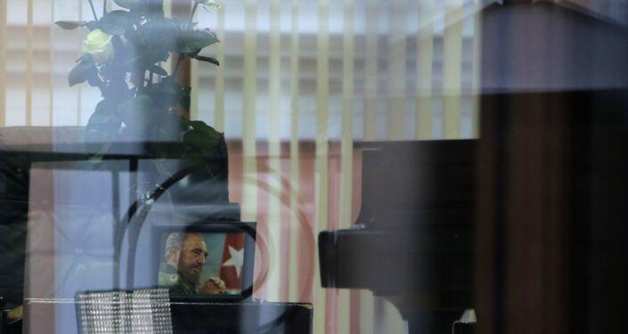 Moscovitas llevan flores a la Embajada de Cuba en Moscú rindiendo homenaje a Fidel Castro