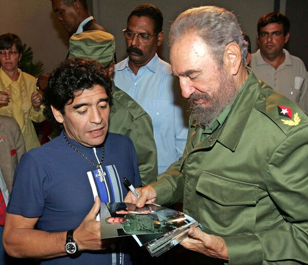 El exjugador de fútbol argentino Armando Maradona y Fidel Castro, en la Havana en 2005 - Sputnik Mundo