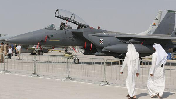 Emirati citizens walk past US made F-15 Eagle fighter jet displayed at the Dubai Airshow on November 18, 2013. - Sputnik Mundo