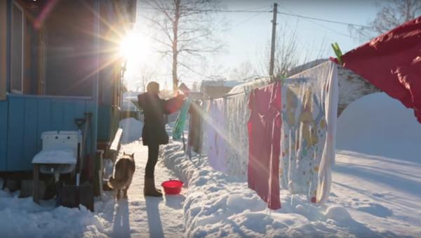 ¿Cómo es tender la ropa a 50 grados bajo cero en Siberia? - Sputnik Mundo