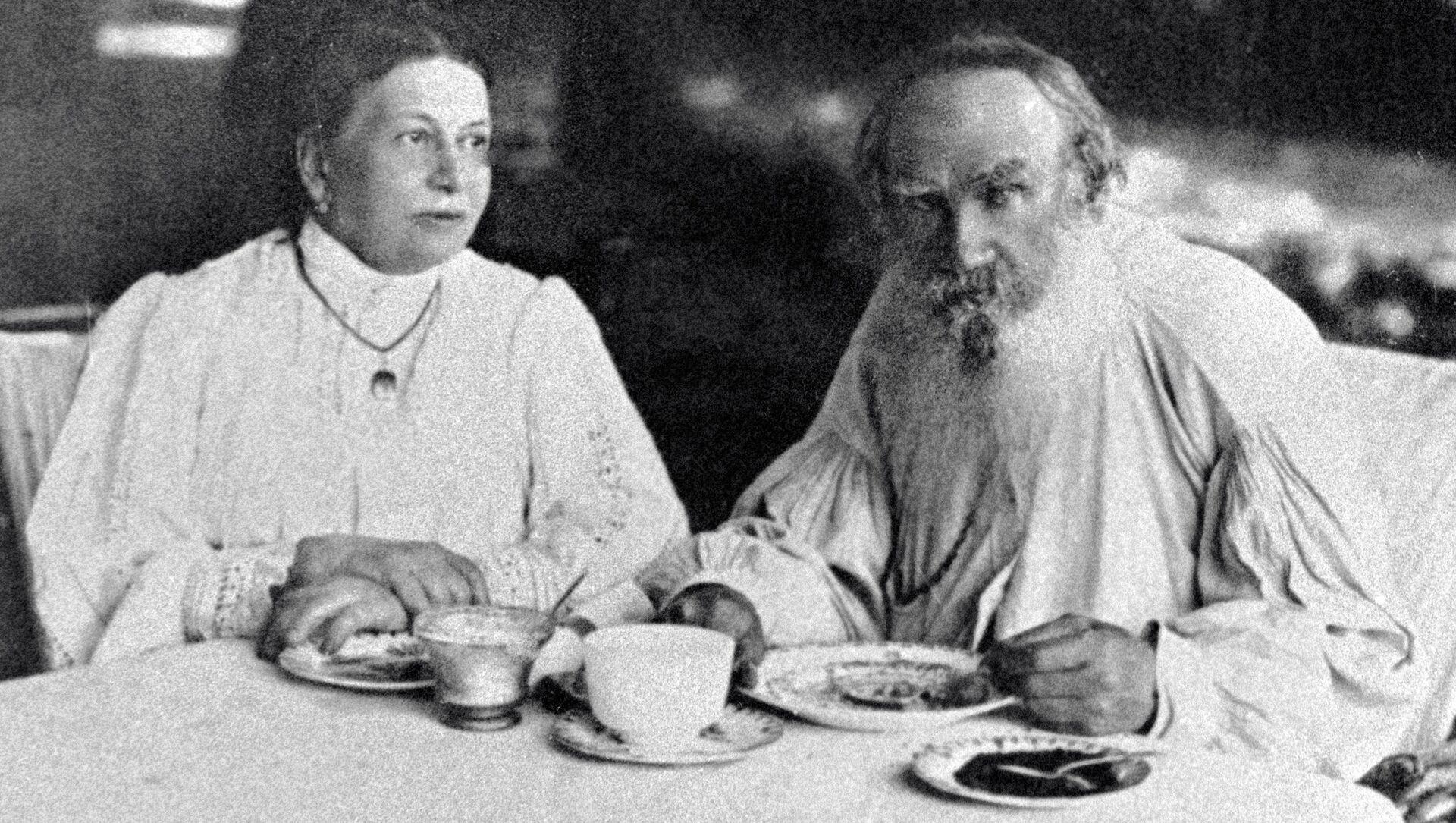 León Tolstói, escritor ruso, con su esposa Sofía - Sputnik Mundo, 1920, 20.11.2020