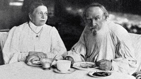 León Tolstói, escritor ruso, con su esposa Sofía - Sputnik Mundo