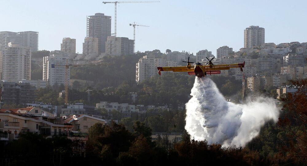 El avión apaga incendios en los alrededores de Haifa