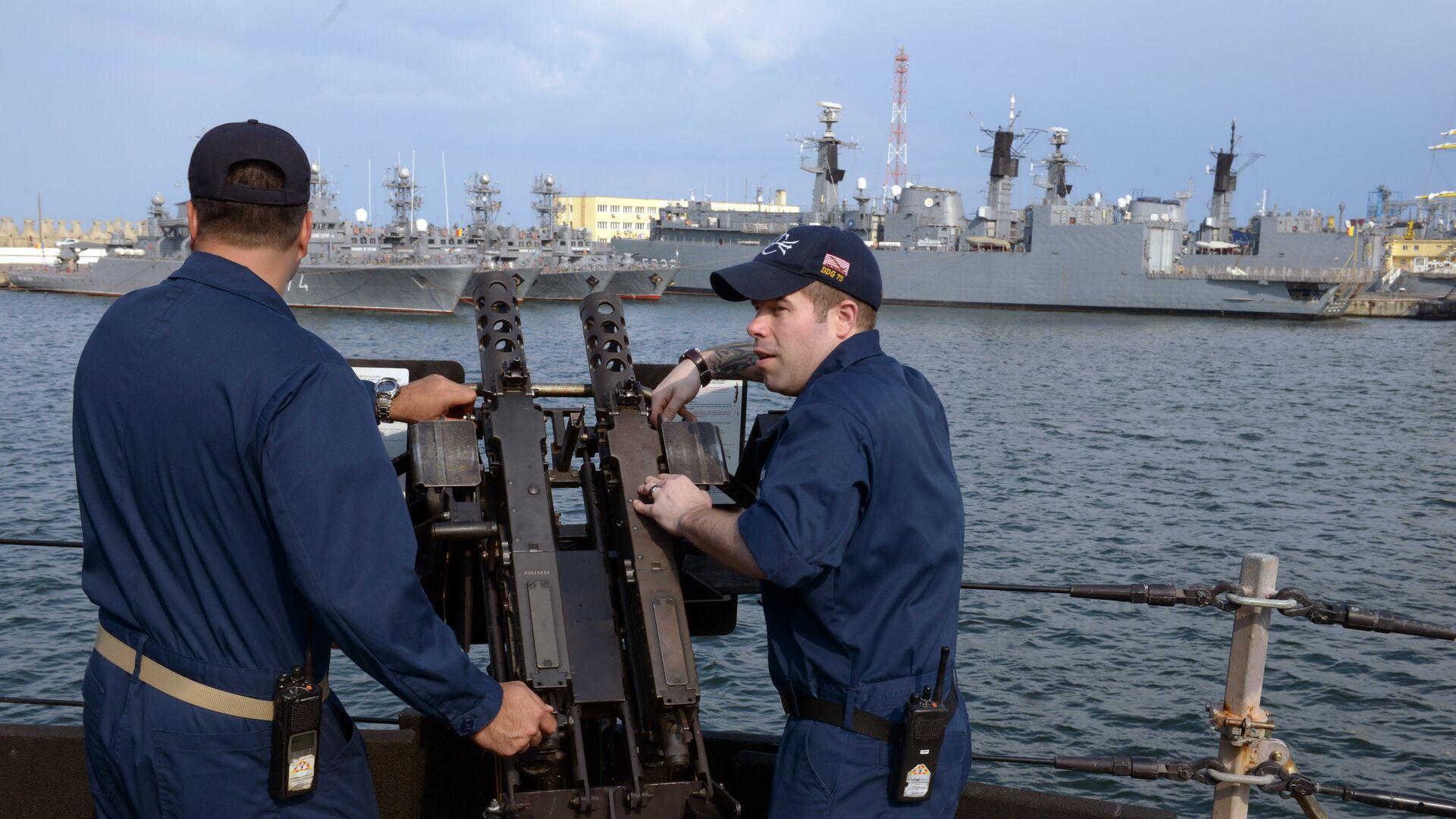 Personal de la Marina de EEUU a bordo del destructor USS Donald Cook en el astillero Constanta, en el puerto rumano con salida al mar Negro - Sputnik Mundo, 1920, 09.04.2021