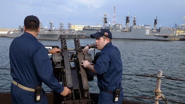 Personal de la Marina de EEUU a bordo del destructor USS Donald Cook en el astillero Constanta, en el puerto rumano con salida al mar Negro - Sputnik Mundo