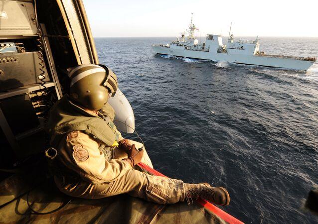 Helicoptero canadiense Sea-King en el golfo de Adén, enero de 2010