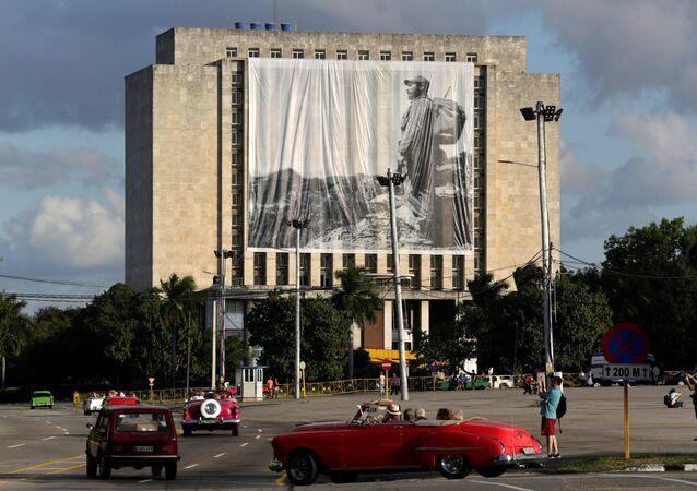Fusil y mochila a la espalda en la Sierra Maestra, el líder histórico de la Revolución cubana, Fidel Castro, preside desde una gigantografía el homenaje póstumo de cubanos y extranjeros