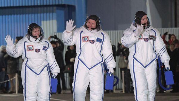 Los miembros de la tripulación de la más reciente expedición de la nave Soyuz, Peggy Whitson, Oleg Novitski y Thomas Pesquet - Sputnik Mundo