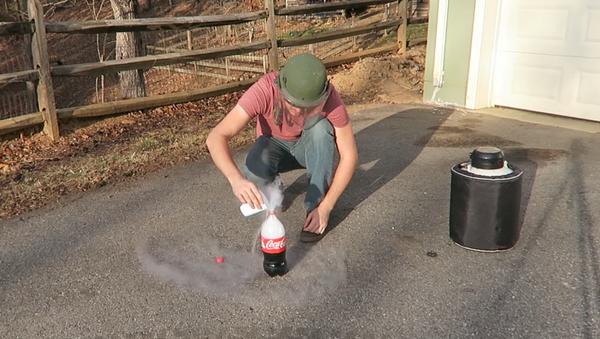 ¿Qué pasa al mezclar Coca Cola y nitrógeno líquido? - Sputnik Mundo