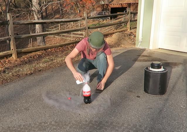 ¿Qué pasa al mezclar Coca Cola y nitrógeno líquido?