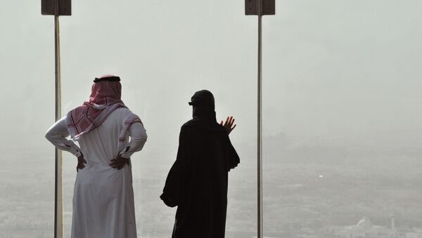 A Saudi couple look from above at the sand and dust storm in the Saudi capital Riyadh - Sputnik Mundo