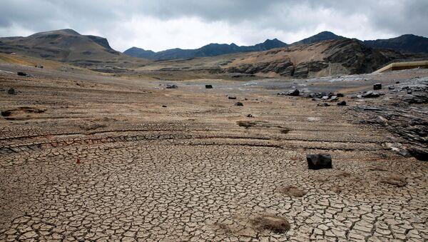 Vista de un reservorio de agua seco cerca de La Paz, Bolivia - Sputnik Mundo