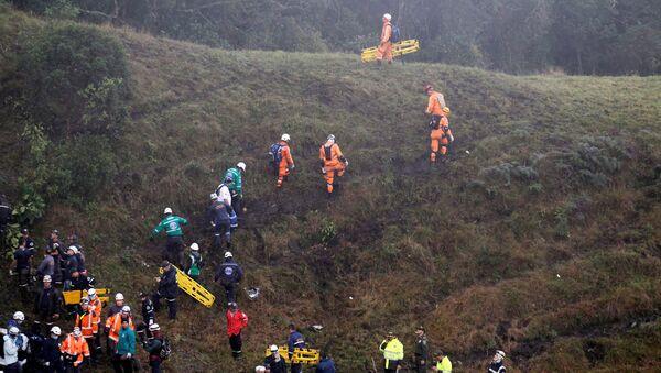 Rescatistas en la zona del siniestro del avión con futbolistas del Chapecoense - Sputnik Mundo