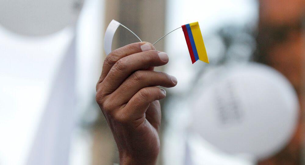 Bandera blanca y bandera de Colombia