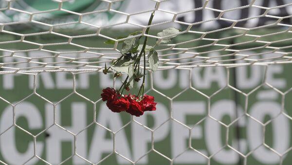 Flores en homenaje a las víctimas del siniestro en Medellín - Sputnik Mundo