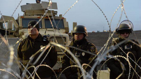 Autoridades de Dakota del Norte bloquean entrada al campamento de protesta del oleoducto - Sputnik Mundo