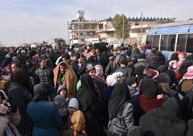 Civiles sirios abandonan las zonas controladas por los radicales en Alepo