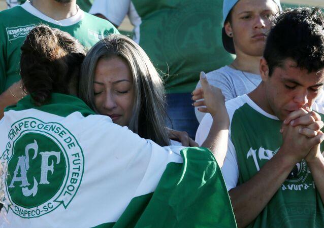 Hinchas lamentan la muerte de los jugadores del equipo Chapecoense