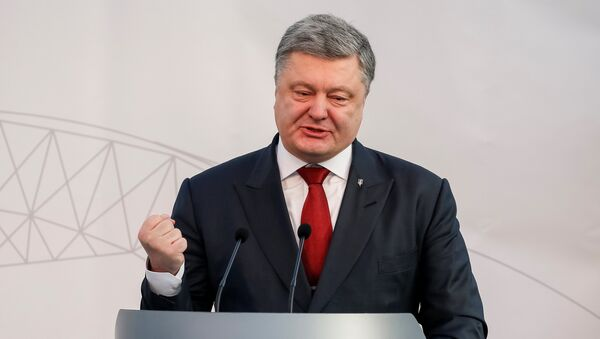 Ukrainian President Petro Poroshenko delivers a speech during a ceremony to unveil the 'New Safe Confinement' (NSC) arch, that will block radiation from the damaged reactor at the Chernobyl nuclear power plant, Ukraine - Sputnik Mundo