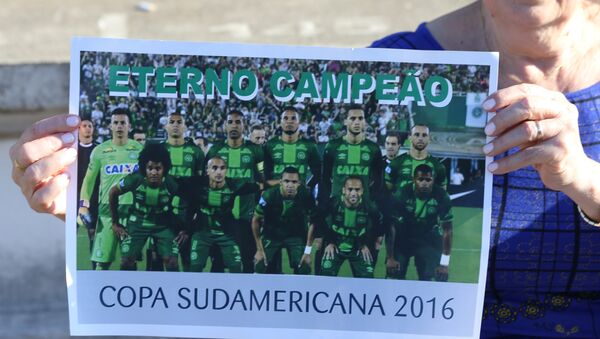 A fan of Chapecoense soccer team shows a poster of her team at the Arena Conda stadium in Chapeco, Brazil - Sputnik Mundo