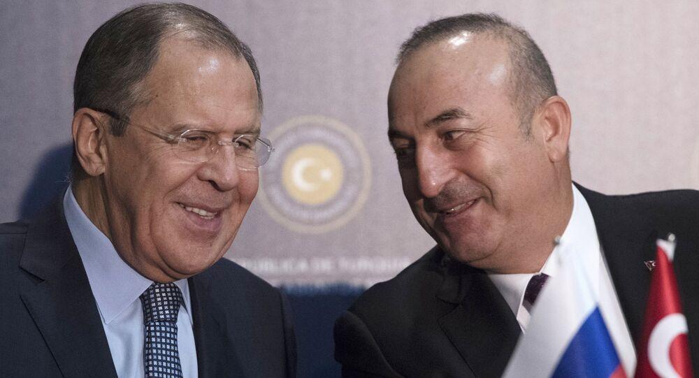 Seguéi Lavrov, ministro de Exteriores de Rusia y su homólogo de Turquía, Mevlut Cavusoglu