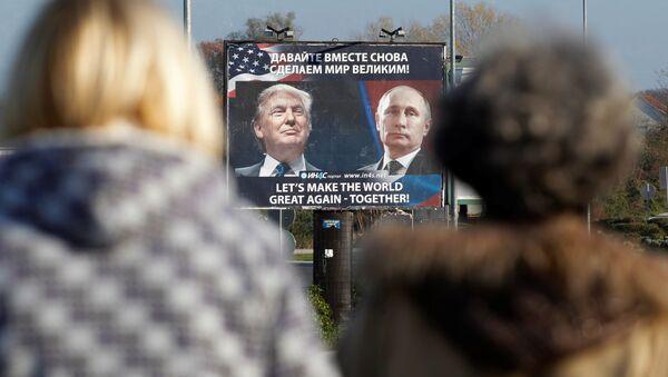 Un anuncio con fotos de Donald Trump y Vladímir Putin en Montenegro - Sputnik Mundo