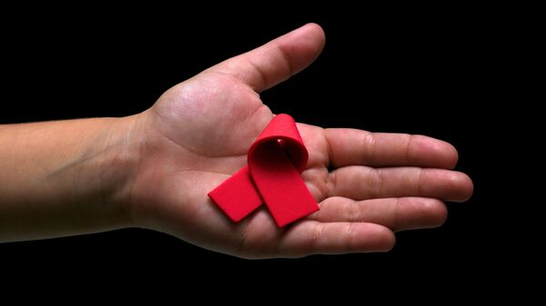 El lazo rojo, símbolo de la lucha contra el VIH y el sida - Sputnik Mundo