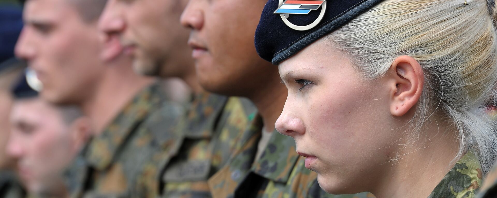 German soldiers of the 291st Jagerbataillon take part in a military ceremony on July 5, 2012 in Illkirch-Graffenstaden, eastern France. The 600 soldiers of the 291st Jägerbataillon, the first German regiment stationed in France since 1945 and who will parade down the Champs-Elysees avenue on July 14, represent a powerful symbol of reconciliation between the two countries - Sputnik Mundo, 1920, 09.09.2021