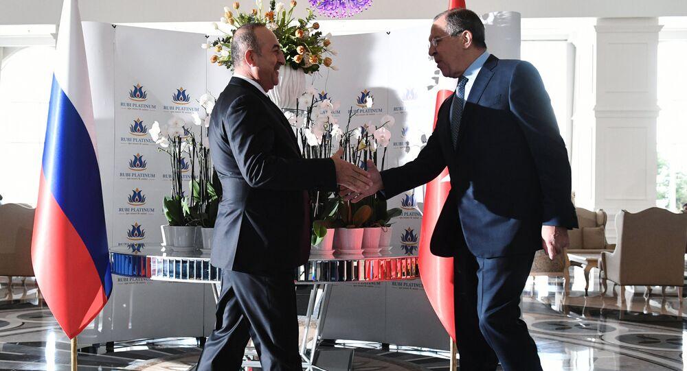 Serguéi Lavrov, ministro de Exteriores ruso, (drcha.) y Mevlut Cavusoglu, ministro de Exteriores de Turquía (izda.)
