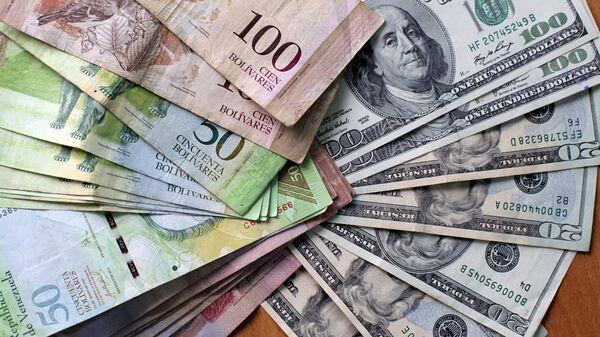 Bolívares venezolanos y dólares estadounidenses (archivo) - Sputnik Mundo