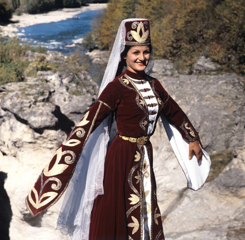 Joven porta un traje nacional de la república de Adigueya.