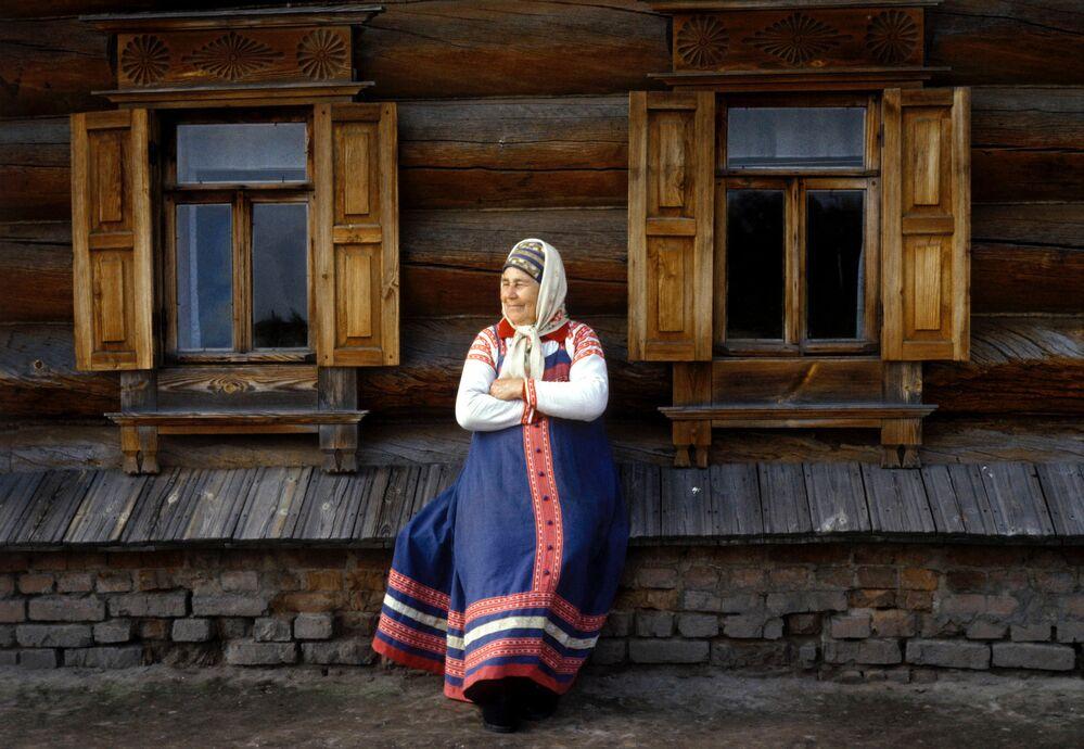 Campesina porta un sarafán, una de las prendas tradicionales de la parte europea de Rusia.