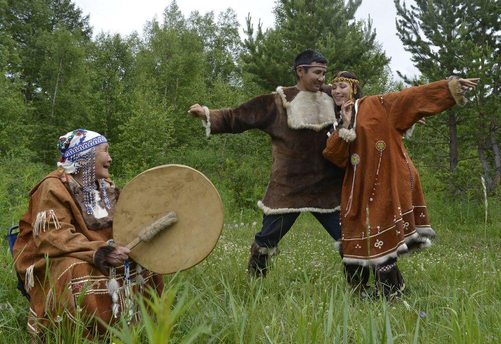 Indígenas koriaks de la región de Kamchatka muestran un baile típico de su cultura.