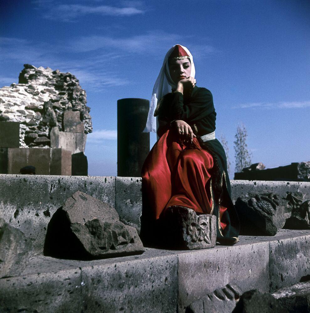 Mujer en un traje nacional armenio en la URSS.