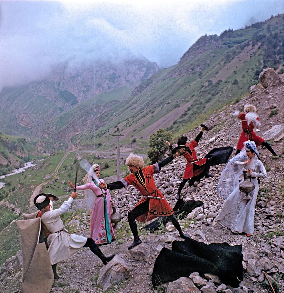 Baile típico osetio. Los osetios son un grupo étnico que vive principalmente en Osetia del Norte (Rusia) y Osetia del Sur.