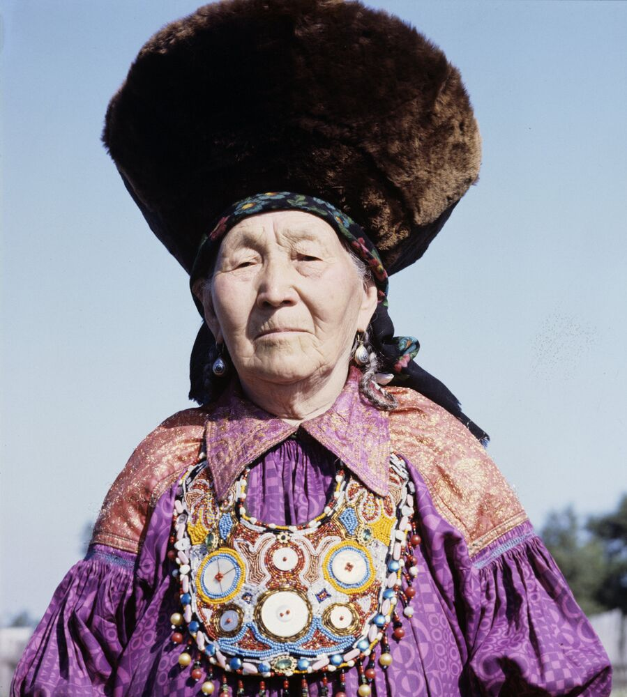 Mujer de la república de Jakasia en un traje típico de la región.