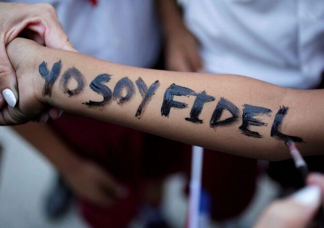 Yo soy Fidel escrito en la mano de una niña que espera la caravana con las cenizas de Fidel Castro