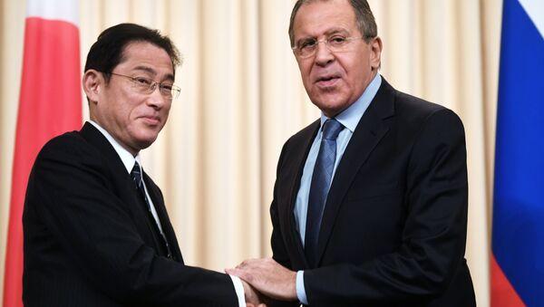 Fumio Kishida, ministro de Exteriores de Japón y su homólogo ruso, Seguéi Lavrov - Sputnik Mundo